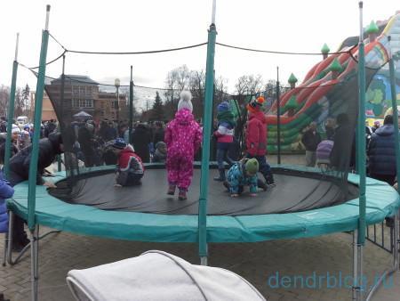 Масленица в Орехово-Зуево 13 марта 2016. Аттракцион батут